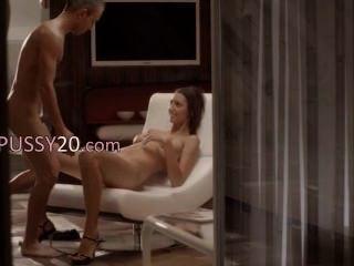 एक कुर्सी पर आराध्य लड़की के साथ लक्जरी सेक्स