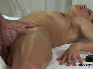 सेक्सी मालिश गर्म महिला सिल्विया