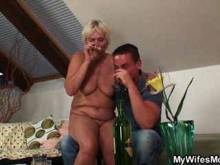 पत्नी उसे उसके पुराने माँ कमबख्त पकड़ता