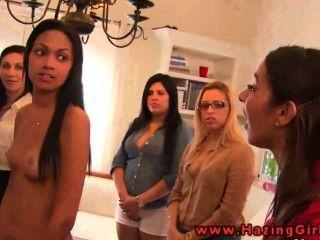 कॉलेज समलैंगिक उनकी दीक्षा के लिए dildos का उपयोग कर किशोर