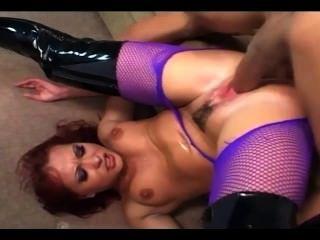 जांघ उच्च चमकदार जूते और सेक्सी fishnet pantyhose में रेड इंडियन गुदा सेक्स
