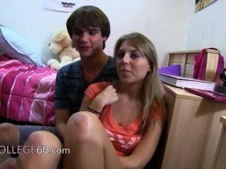 दो गोरा लड़कियों बिस्तर पर कमबख्त का आनंद ले रहे
