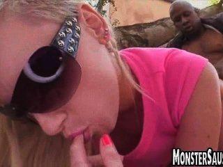 गर्म सुनहरे बालों वाली लड़की राक्षस डिक की सवारी