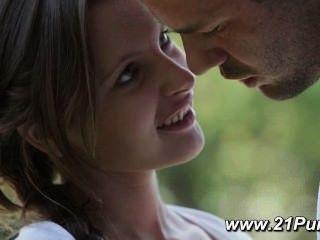 प्राकृतिक स्तन के साथ खूबसूरत किशोर उसके प्रेमी के साथ प्यार करता है