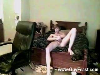 गर्म समलैंगिक वह सिर्फ अपने शरीर को रगड़ और पर दिखावा प्यार करता है