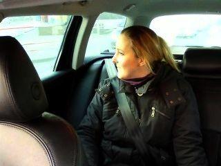 टैक्सी चालक उसे गधा अप शौकिया बेब fucks