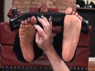 ऊपर पैर और तेल से सना हुआ पैर गुदगुदी