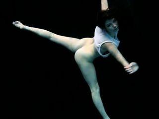 पानी के नीचे नग्न जिमनास्टिक - फ्लेक्स पेट्रा