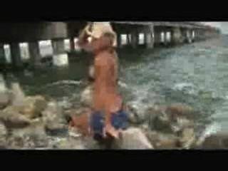 सुंदर मांसपेशियों महिला मॉडल ठोके और beaches.wmv पर खड़ी