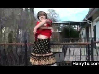 किंकी जंगली मिठाई मोहक बालों वाली लड़की बढ़ा