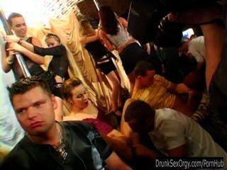 क्लब में लंड चूसने Slutty पार्टी लड़कियों