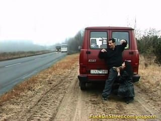 वेश्या सड़क पर मुर्गा बेकार है