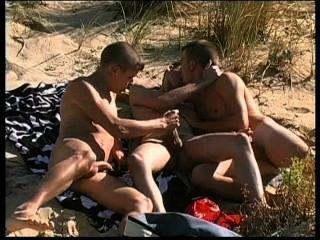 तीन सुंदर बदमाशों न्यडिस्ट समुद्र तट पर बहुत गर्म यौन संबंध है।