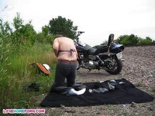 स्थानीय मोटो शो के बाद नग्न लोग
