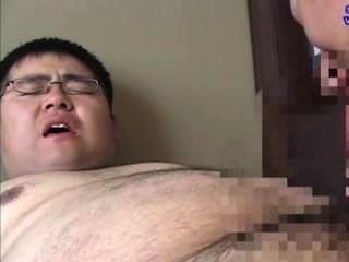 मोटा लड़का अपने शिक्षक द्वारा चूसा था, jizz की एक बहुत cumshot।