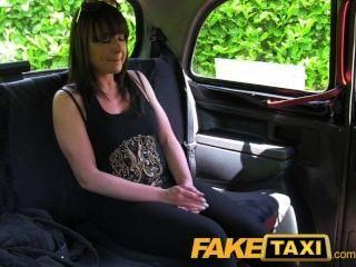 FakeTaxi शादीशुदा औरत एक अच्छा मुश्किल कमबख्त लेता है