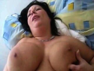 गड़बड़ बड़े स्तन के साथ फूहड़