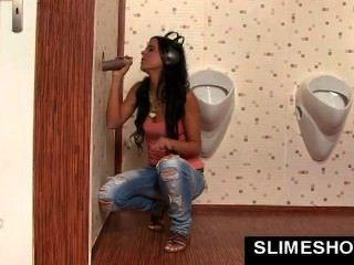 लड़की gloryhole में बड़ा मुँह सह से भरा हो जाता है