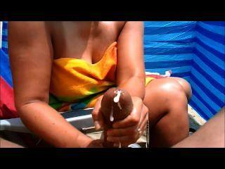 एमआईएलए समुद्र तट पर बड़ी मुर्गा Handjobs