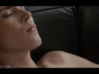 चमड़े के सोफे पर हत्यारा समलैंगिक महिलाओं