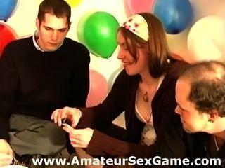 एमेच्योर लड़कियों और एक सेक्स खेल रहे लोगों की हिम्मत खेल