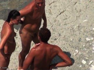 नग्न समुद्र तट पर तहलका