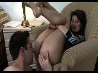बहन को उसके सौतेले भाई facesits और उसे उसे गधा चाटना बनाता है