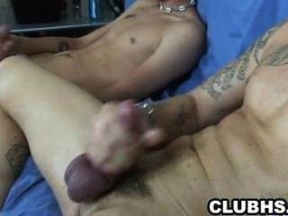 दो सींग का युवा शौकीनों उनकी कड़ी लंड tugging
