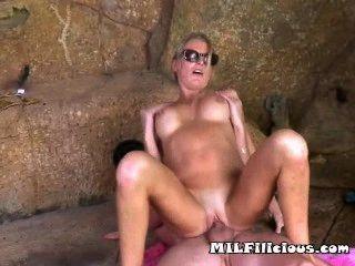 उसकी योनी में एक मुर्गा सूर्य की तुलना में hotter है