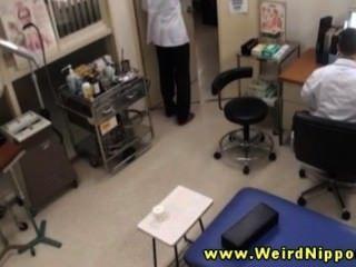 शौकिया एशियाई उसे डॉक्टर के लिए उसके स्तन बाहर हो जाता है
