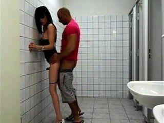 शौचालय में कमबख्त सेक्सी tranny वेश्या