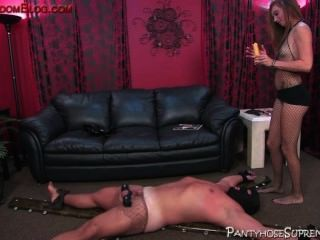 हटा दिया गया महिलाओं का दबदबा कुतिया उसके पुरुष दास विनम्र नियंत्रित करता है
