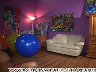 किशोर कूदता है और बड़े गुब्बारे पर गिर जाता है