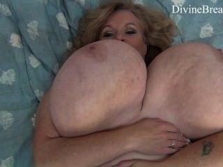 संचिका गोरा बीबीडब्ल्यू एमआईएलए jiggles उसके विशाल बड़े स्तन सूजी राक्षस स्तन है