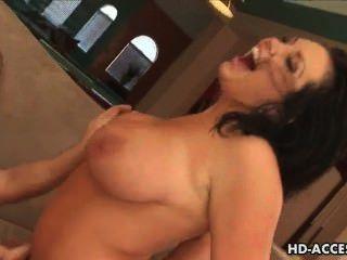 बड़े स्तन के साथ परिपक्व milf एक कमबख्त हो जाता है