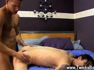 समलैंगिक अश्लील जब सहायक, एक भूरे रंग के बालों वाली किराया लड़के ऊपर उठाता बजाय