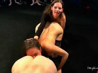 शरारती लड़कियों को एक गधे के साथ खेलने
