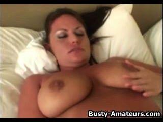 बड़े स्तन लेस्ली dildo के साथ masturbates