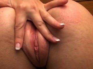 लुसी आप के लिए उसे gaped योनी दिखा