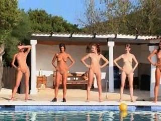 यूरोप से पूल द्वारा छह नग्न लड़कियों