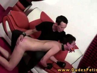 समलैंगिक प्रमुख अपने समलैंगिक गुलाम spanks