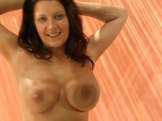 अल्ट्रा विशाल स्तनों के साथ श्यामला