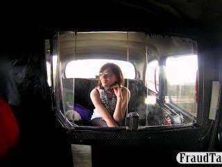 शरारती शौकिया टैक्सी ड्राइवर के लिए एक blowjob प्रदान करता है