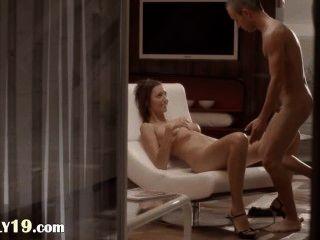 एक कुर्सी पर आकर्षक लड़की के साथ सेक्स धाराप्रवाह