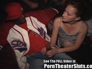 पत्नी एक अश्लील थिएटर में सार्वजनिक कमशॉट्स एवं creampies लेता है!