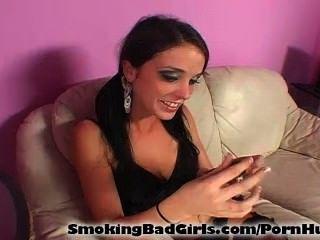 जबकि लॉलीपॉप पर चूसने किशोर सिगरेट धूम्रपान करता है