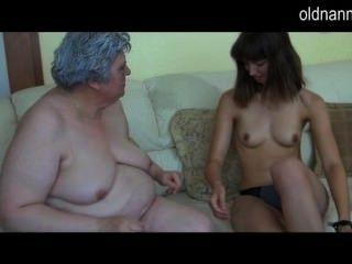 पतली लड़की के साथ पुराने संचिका दादी प्लेइंग
