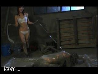 महिलाओं का दबदबा एक कीचड़ स्नान में उसे जापानी महिला सेक्स गुलाम डालता है और उसके torments