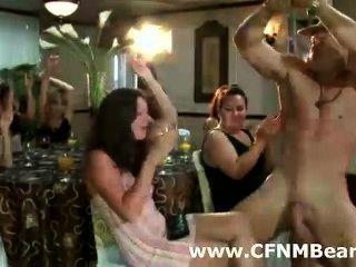 नग्न सीबीटी खाल उधेड़नेवाला एमेच्योर लड़कियां द्वारा चूसा
