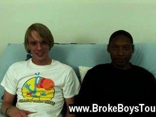समलैंगिक वीडियो वे वापस नीचे futon पर बैठे थे, जमाल पर झुके और ले जा रही है
